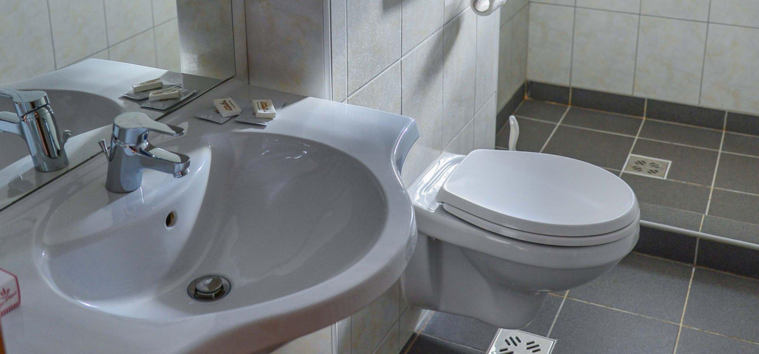 baie-spatioasa-hotel-sport-camera-dubla-cheile-gradistei-fundata