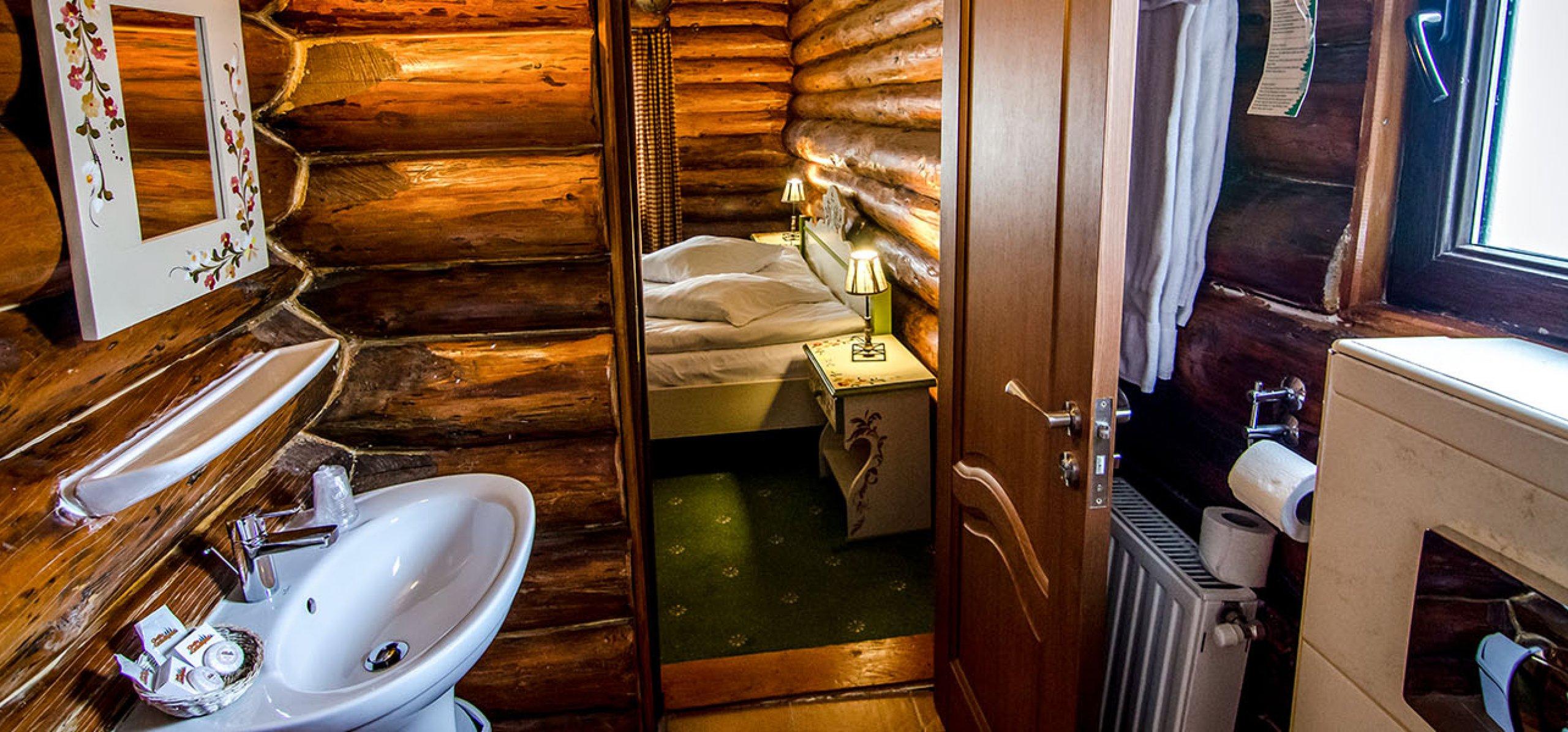 grup-sanitar-rustic-camera-dubla-matrimoniala-vila-frasinul-cheile-gradistei-fundata