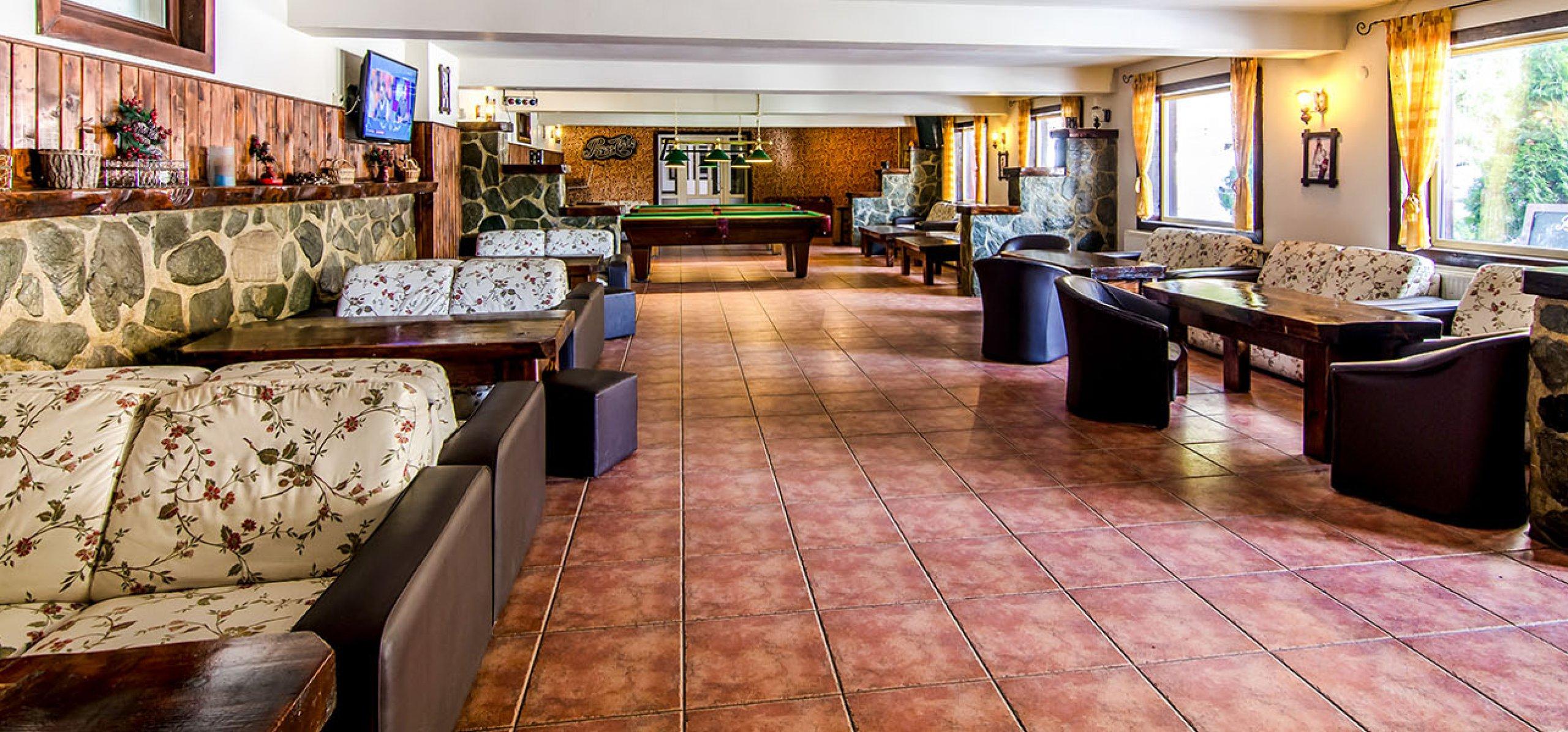 interior-pub-moieciu-resort-moieciu