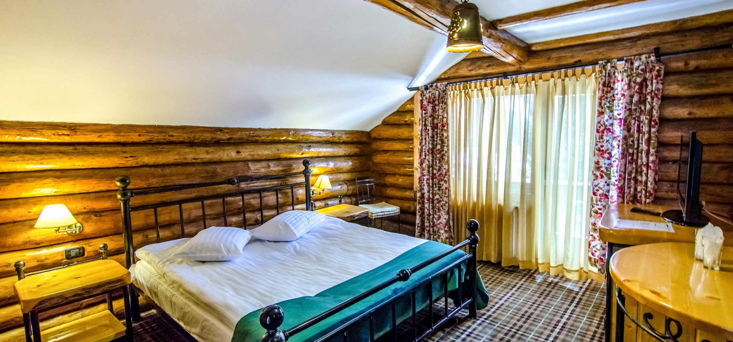camera-matrimoniala-luminoasa-vila-de-lemn-cazare-in-moeciu