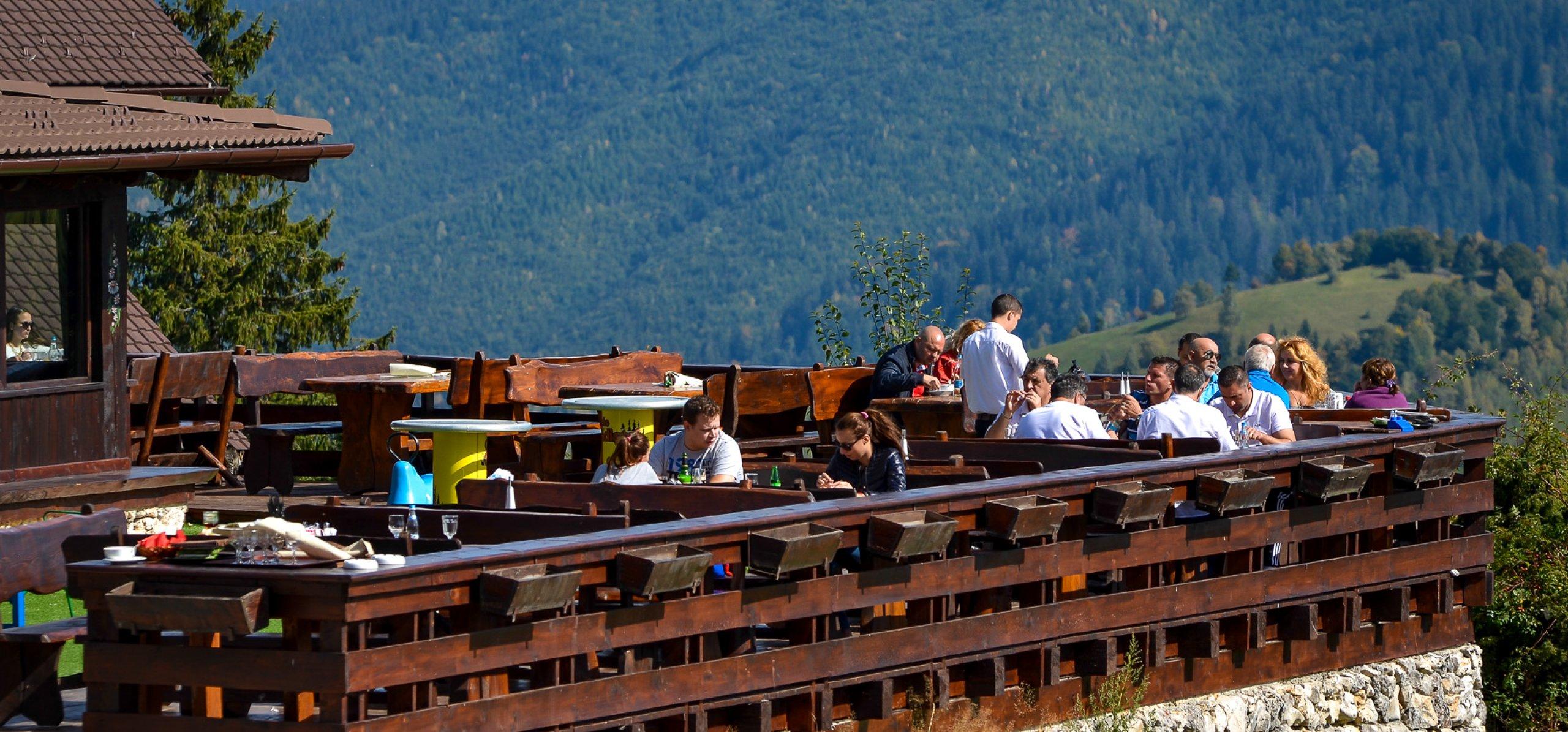 vedere-ansamblu-restaurant-fundata-cheile-gradistei-restaurant